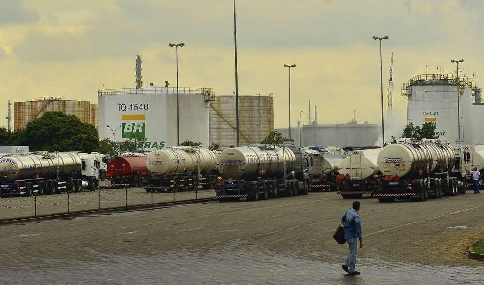 Ir para  <p>A Petrobras anunciouhoje(9) a quinta redução consecutiva nesta semana do preço da gasolina em suas refinarias. O índice anunciado foi de -1,32%. Com isso, o litro do...
