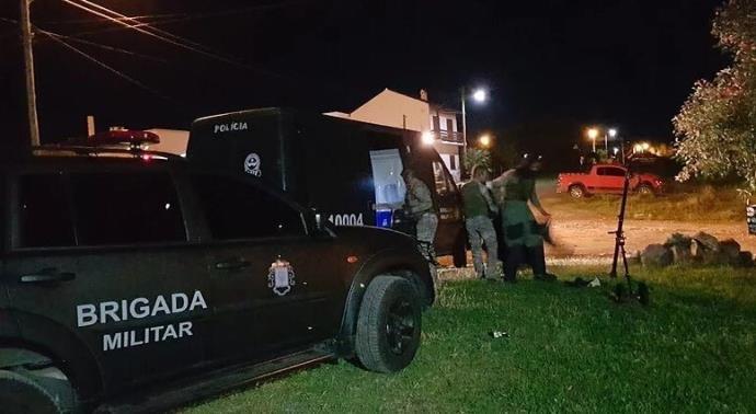 Ir para  <p>O Grupo de Ações Táticas Especiais (Gate) foi acionado na madrugada desta terça-feira para desativar um material explosivo deixado em frente à casa de um policial civil em Dom...