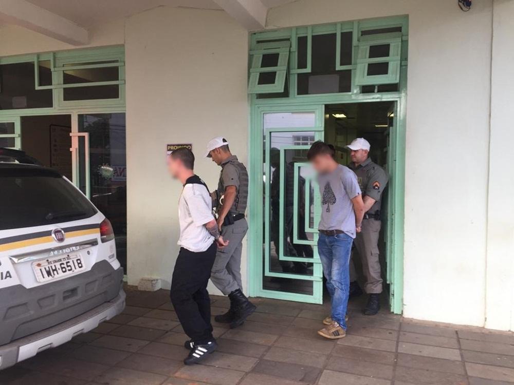 Ir para  <p><big>Dois homens foram presos em flagrante por policiais militares&nbsp; no bairro Estev&atilde;o Carraro, em Erechim,&nbsp; na manh&atilde; deste domingo(25). Um deles, de 21 anos, desembarcou na BR 153,...