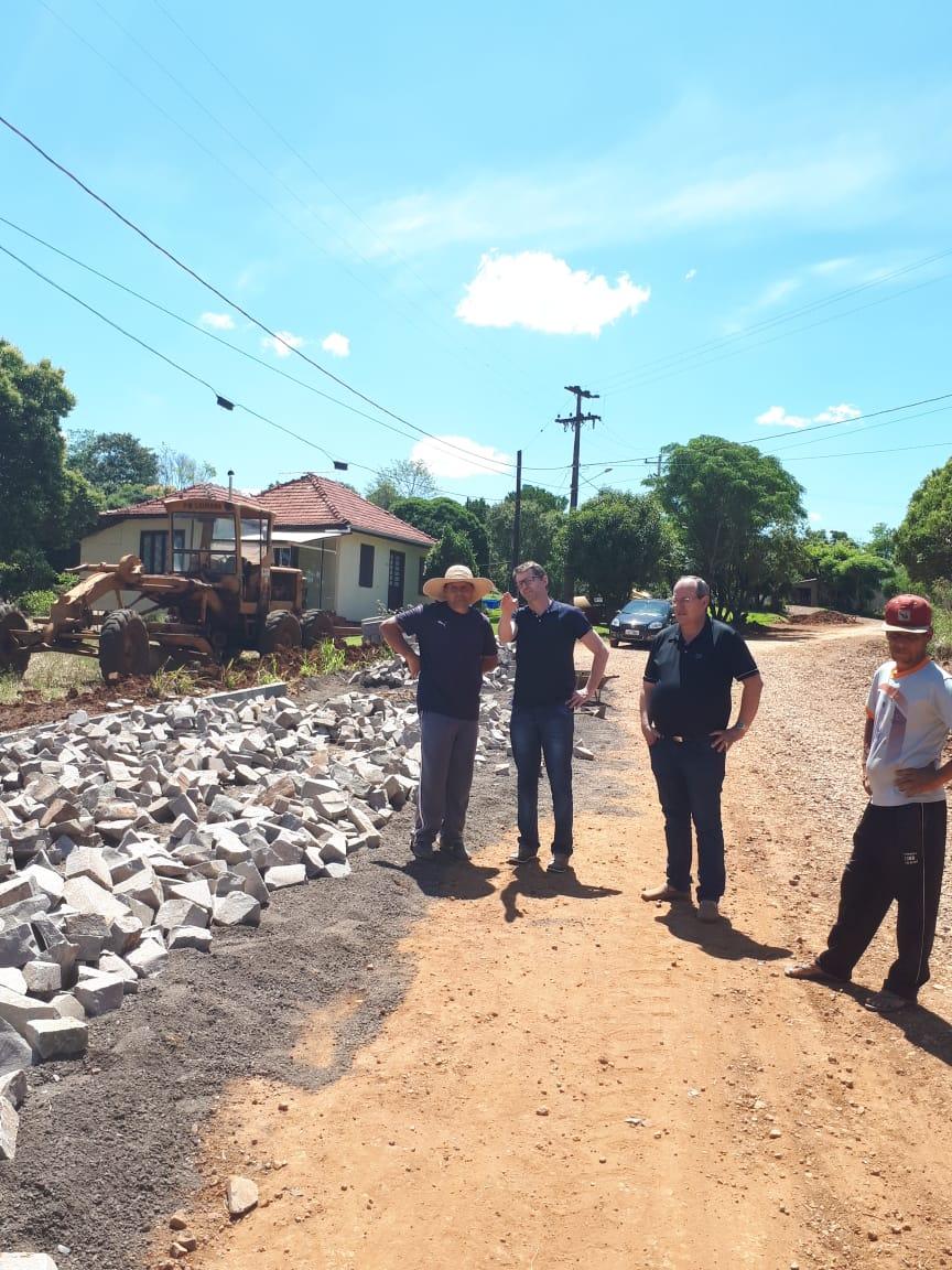 Ir para  <p>Foi iniciada mais uma obra no município de Gaurama, desta vez no Distrito de Balisa, que receberá pavimentação de pedras irregulares. A obra que está sendo executada, é...