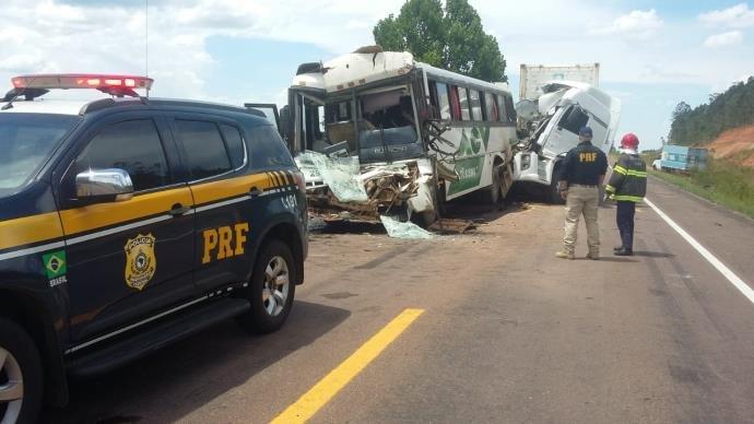 Acidente envolvendo dois caminhões e um ônibus deixa dois feridos na BR 116.
