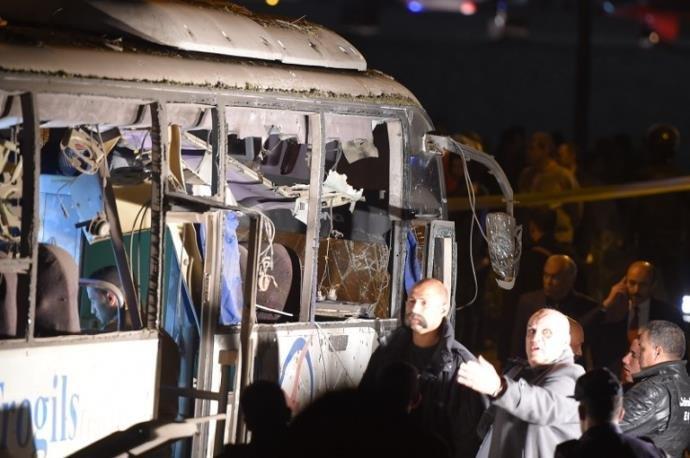 Ir para  <p>Dois turistas vietnamitas e o guia com quem visitavam as pirâmides de Gizé morreram nesta sexta-feira, quando uma bomba colocada do lado da estrada explodiu perto do ônibus em que viajavam rumo aos...