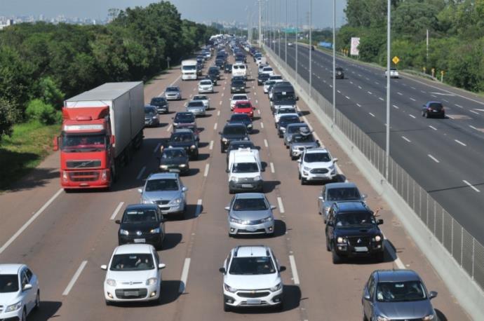 Ir para  <p>Mais de 5,7 mil autos de infração foram emitidos pela Polícia Rodoviária Federal (PRF) no feriadão de Ano Novo no Rio Grande do Sul. Durante os cinco dias, a PRF constatou que as...