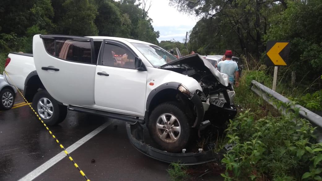 Ir para  <p>Uma ultrapassagem indevida provocou o acidente entre quatro veículos que deixou duas pessoas mortas e oito feridos, na tarde desta quinta-feira, na Rota do Sol, na Serra. As colisões ocorreram, perto das 15h, na...