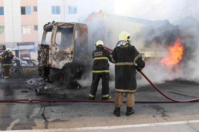 Ir para  <p>Em meio a uma onda da ataques que já chega ao sétimo dia consecutivo no estado do Ceará, suspeitos incendiaram mais ônibus e explodiram uma ponte na noite da segunda-feira em pelo menos quatro...