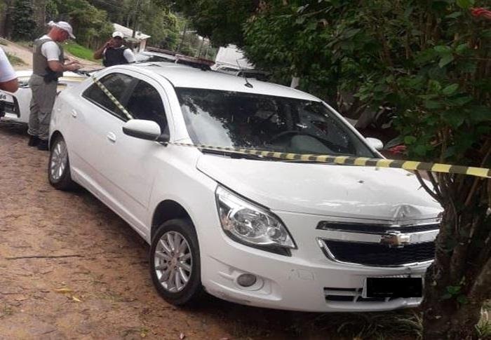 Ir para  <p>Um motorista de aplicativo foi morto com um tiro na cabeça nesta quinta-feira. O corpo foi encontrado dentro de um Chevrolet Cobalt, de cor branca, com placas de Porto Alegre, narua Ramiro Cardoso de Fraga, na Vila...