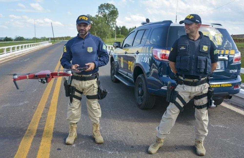 Ir para  <p>A cada hora de operação com drone, nos dias de movimento nas rodovias federais, é possível flagrar mais de 150 ocorrências de imprudência ou infração...