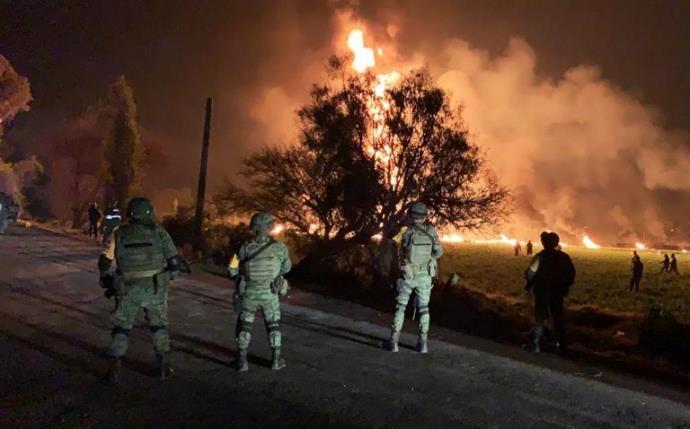 Incêndio em tubulação de combustível deixa 21 mortos no México.