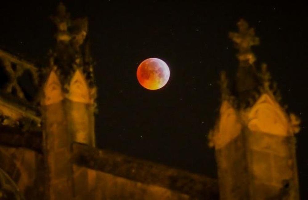 Ir para  <p>Na madrugada desta segunda-feira, a Lua se ocultou antes de reaparecer tingida de um t&ecirc;nue brilho vermelho, durante um eclipse total vis&iacute;vel nas Am&eacute;ricas, na Europa e na &Aacute;frica. No...