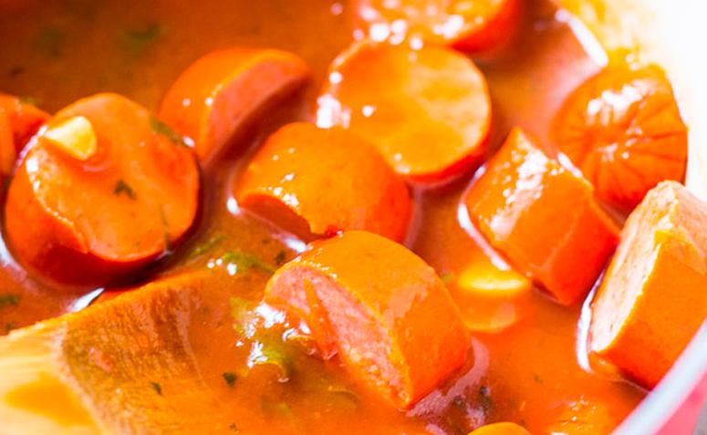 Ir para  <p>500 g de molho de tomate pronto;<br /> 4 tomates sem semente picados;<br /> 1 kg de salsicha;<br /> 1 cebola grande picada;<br /> 2 colheres (sopa) de óleo;<br /> 2 latas de milho verde...