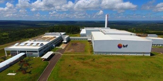 Ir para  <p>A empresa brasileira de alimentosBRF, dona das marcas Sadia e Perdigão, anunciou nesta quarta-feira o recohimento de aproximadamente 464,3 toneladas de carne de frango, sendo 164,7 toneladas na...