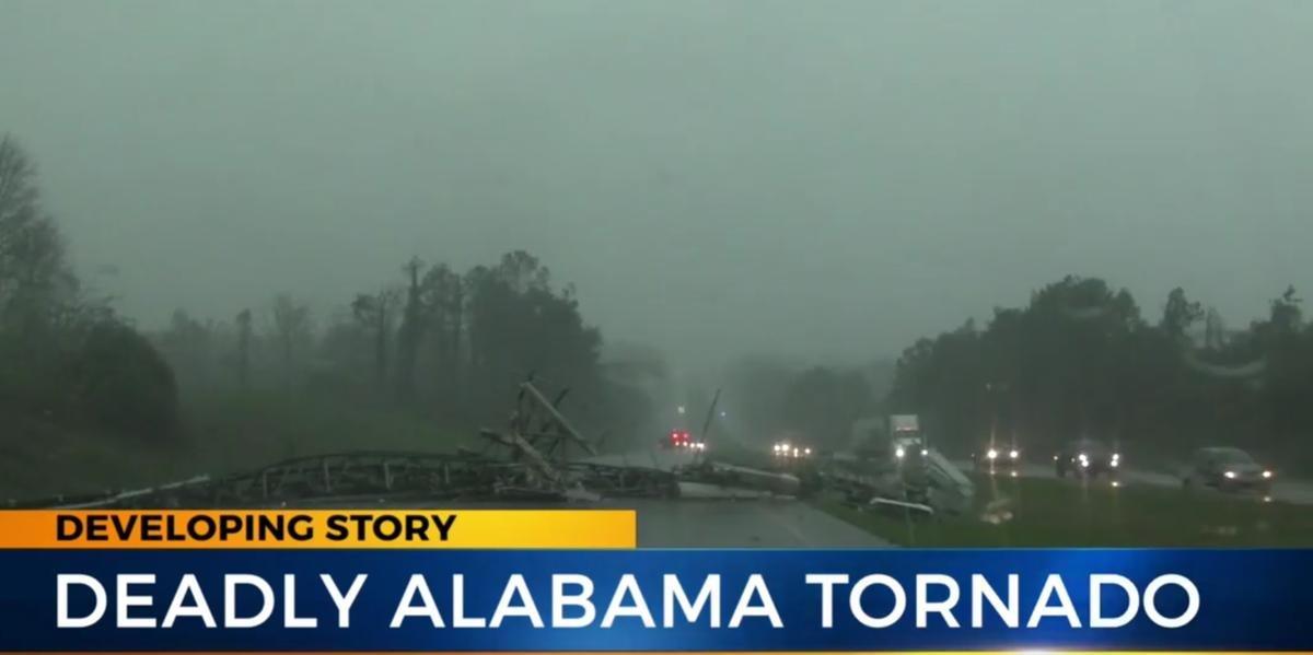 Ir para  <p>Pelo menos 23 pessoas morreram, neste domingo na passagem de um tornado que provocou danos &quot;catastr&oacute;ficos&quot; a edif&iacute;cios, estradas e cortes de eletricidade no Alabama, no sul dos Estados Unidos,...