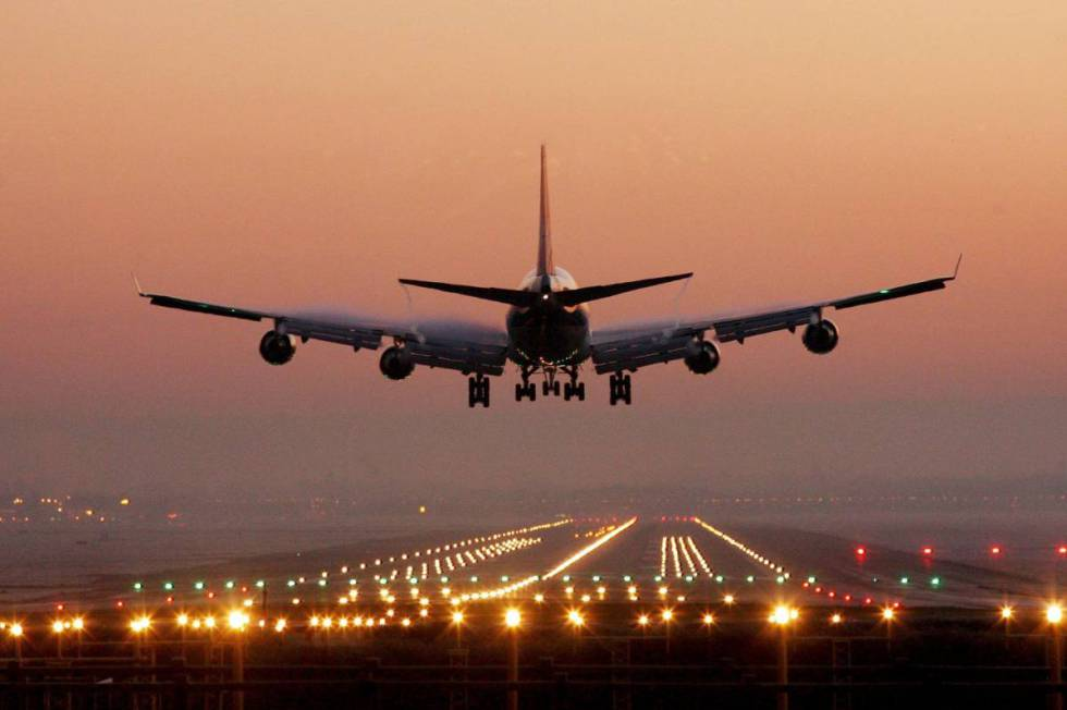 Ir para  <p>O governo federal tem a meta mínima de arrecadar R$ 2,1 bilhões (valor de outorga) com a concessão de 12 aeroportos, em três blocos regionais, no leilão desta sexta-feira, a partir...