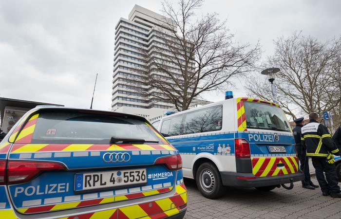 Ir para  <p>V&aacute;rias prefeituras na Alemanha foram evacuadas hoje, ap&oacute;s a recep&ccedil;&atilde;o simult&acirc;nea de e-mails com amea&ccedil;as de atentado a bomba, segundo informa&ccedil;&otilde;es da...