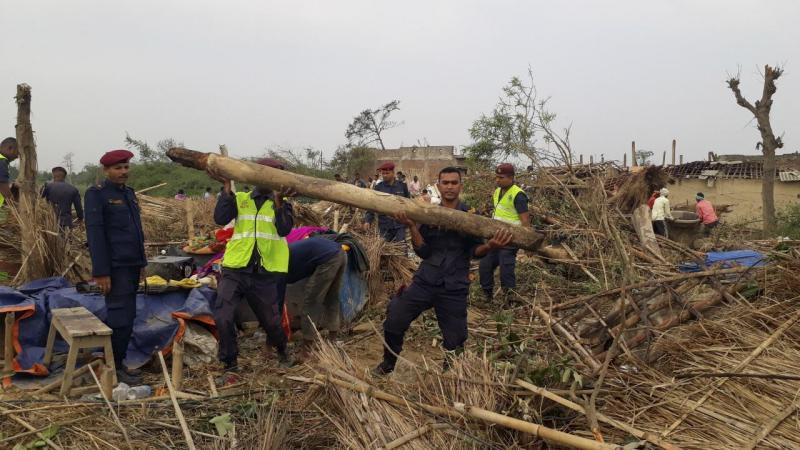 Ir para  <p>Ao menos 27 pessoas morreram e centenas ficaram feridas em uma tempestade registrada nesse domingo no Sul do Nepal. O fen&ocirc;meno destruiu casas e derrubou &aacute;rvores e postes de energia el&eacute;trica, informaram as...