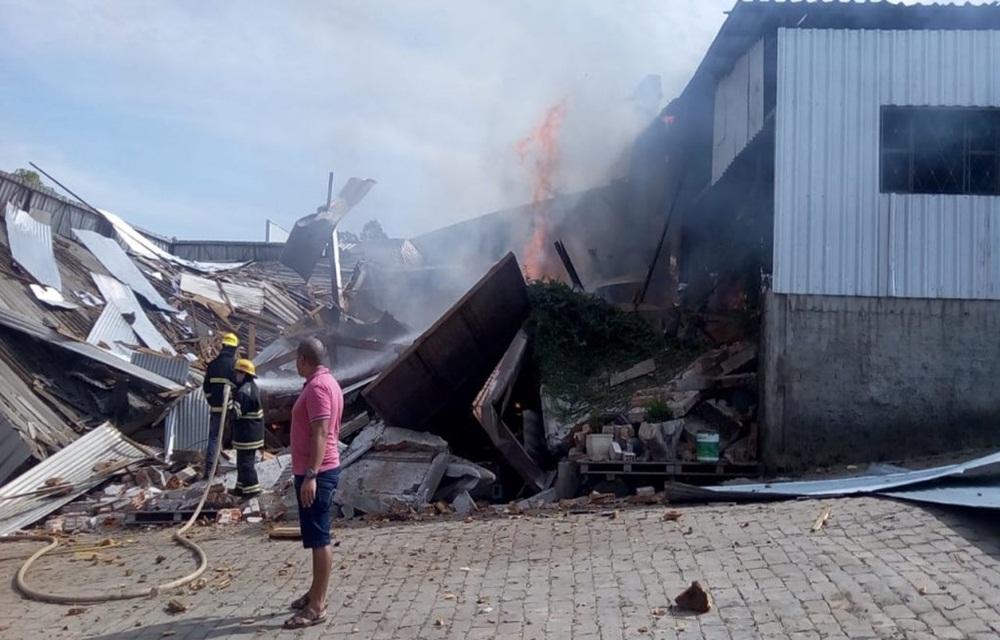 Ir para  <p>A explosão de uma madeireira causou um incêndio em Marau, cidade próxima a Passo Fundo, e deixou uma vítima fatal na manhã desta terça-feira (02). Segundo...
