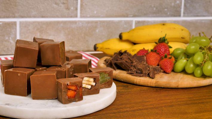 Ir para  <p>200 g de chocolate fracionado;</p>  <p>frutas sortidas a gosto;</p>  <p>Corte bem todo o chocolate.<br /> Derreta-o no micro-ondas, mexendo de 30 em 30 segundos.<br /> Adicione um pouco de...