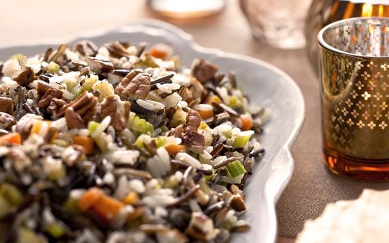 Ir para  <p>2 xícara (chá) de arroz branco cozido;</p>  <p>1 colher (sopa) de manteiga;</p>  <p>1 maça verde com casca, cortada em cubos pequenos;</p>  <p>Uma pitada de cravo...