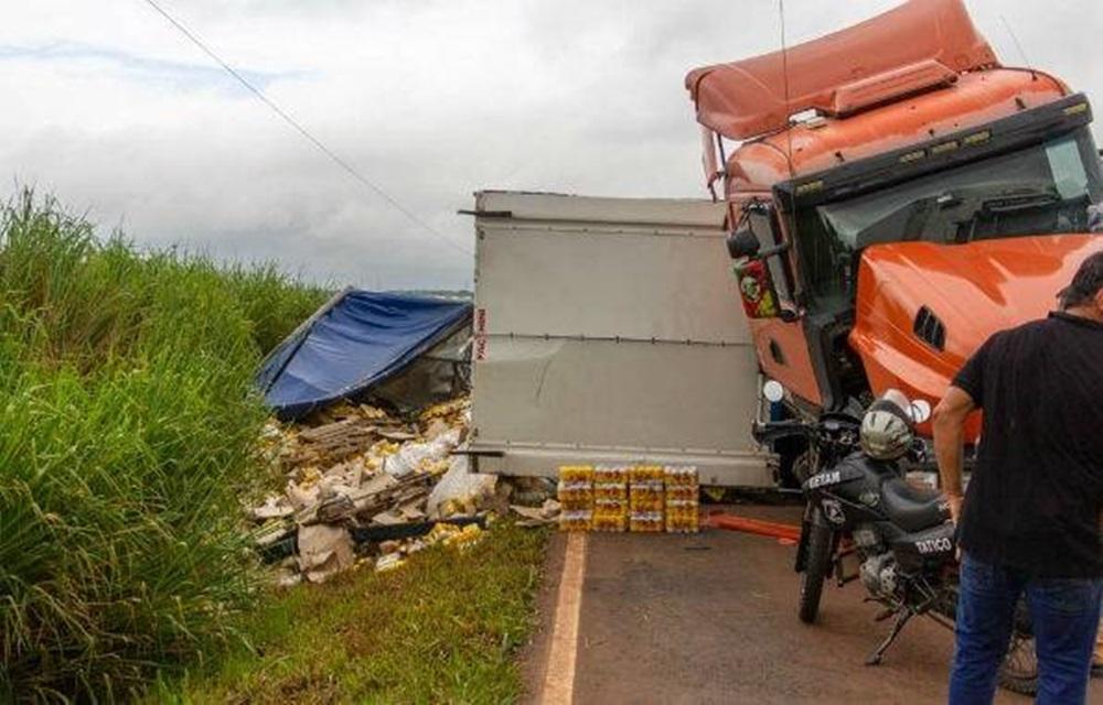 Ir para  <p>Um caminhão de cerveja tombou no domingo (7), na PR-454, entre Jaguapitã e Astorga, no Norte do Paraná. Parte da carga, que ficou espalhada no acostamento, foi furtada antes da chegada dos...
