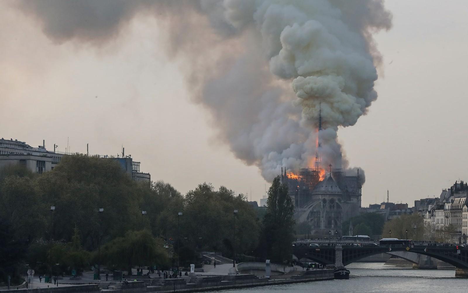Ir para  <p><big>A famosa catedral <strong>Notre Dame</strong>, em <strong>Paris</strong>, foi atingida por um inc&ecirc;ndio nesta segunda-feira (15).&nbsp;A fuma&ccedil;a pode ser vista de diversos pontos...