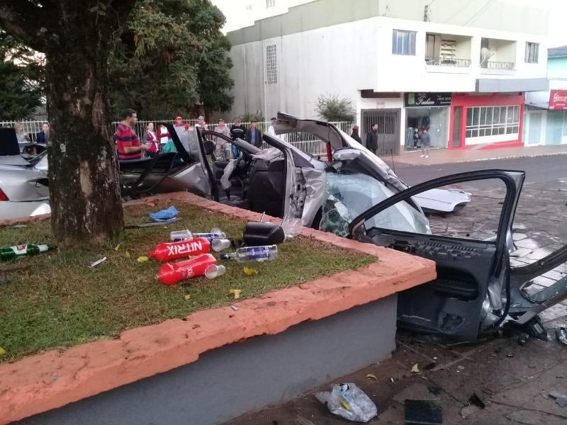 Carro destruído e três jovens feridos em colisão