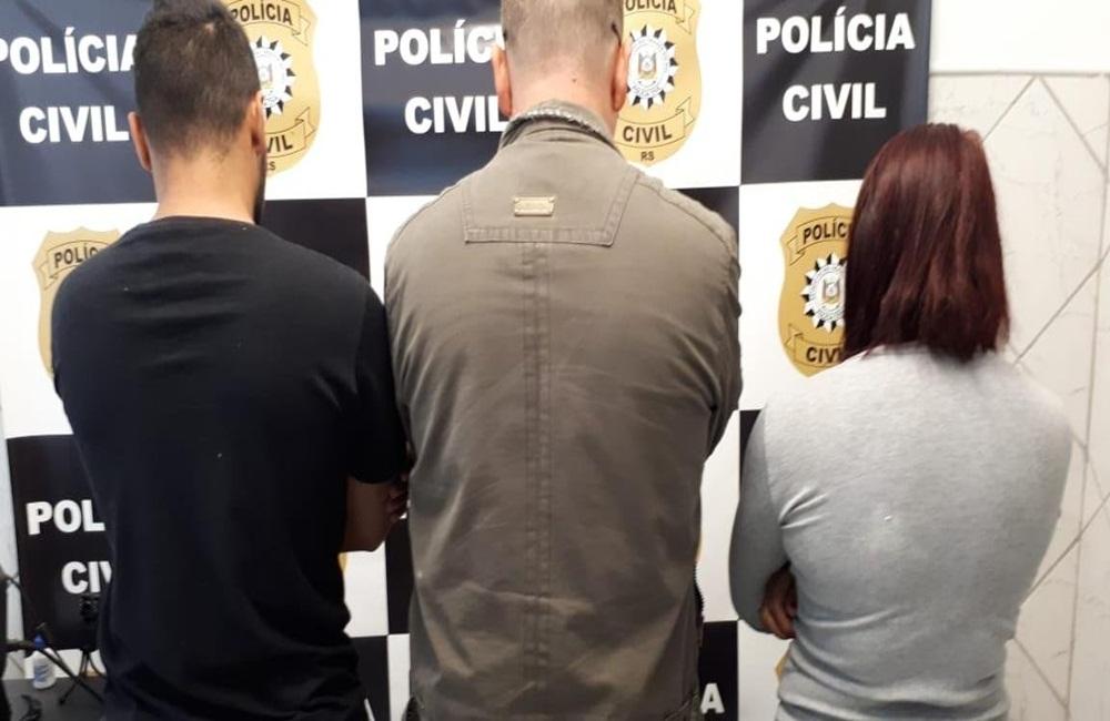 Ir para  <p>A Pol&iacute;cia Civil de Santa Catarina confirmou, na manh&atilde; desta sexta-feira, a pris&atilde;o de tr&ecirc;s golpistas ga&uacute;chos -- dois homens e uma mulher -- envolvidos em um esquema nacional de...