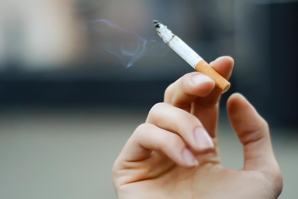 AGU cobra de indústrias de cigarro ressarcimento de gasto com fumantes.