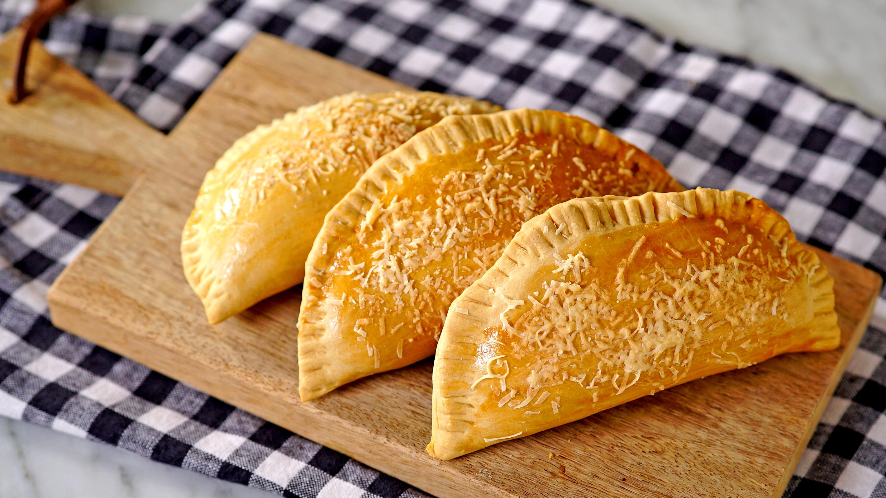 Ir para  <p>500g de farinha de trigo;</p>  <p>1 pitada de sal;</p>  <p>1 ovo;</p>  <p>100 ml de &oacute;leo;</p>  <p>15ml de cacha&ccedil;a;</p>  <p>1 x&iacute;cara de...