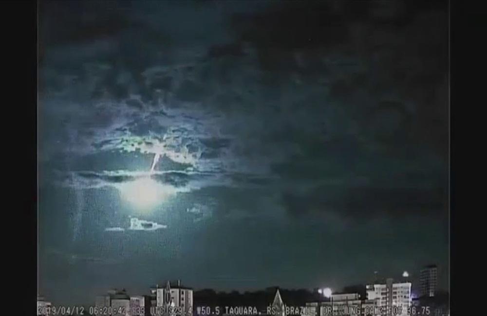 Ir para  <p>Diversos munic&iacute;pios do Rio Grande do Sul registraram relatos, na noite desta quinta-feira, de um grande faixo luminoso que se extingui no c&eacute;u ap&oacute;s alguns segundos. Os avistamentos, provavelmente de um...