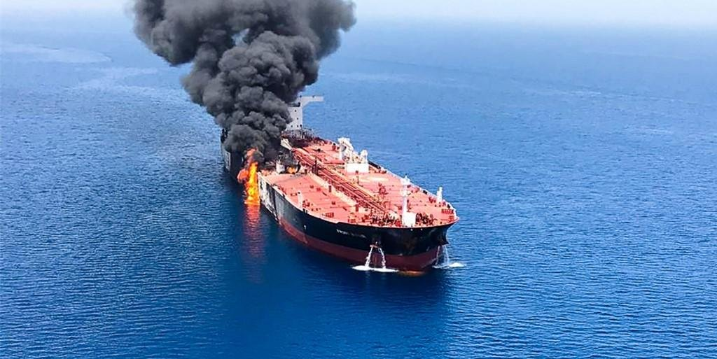 Ir para  <p>Dois navios-tanque que passavam pelo golfo de Om&atilde;, perto da costa do Ir&atilde;, foram evacuados nesta quinta-feira depois de um inc&ecirc;ndio provocado por um suposto ataque, o que motivou a disparada dos...