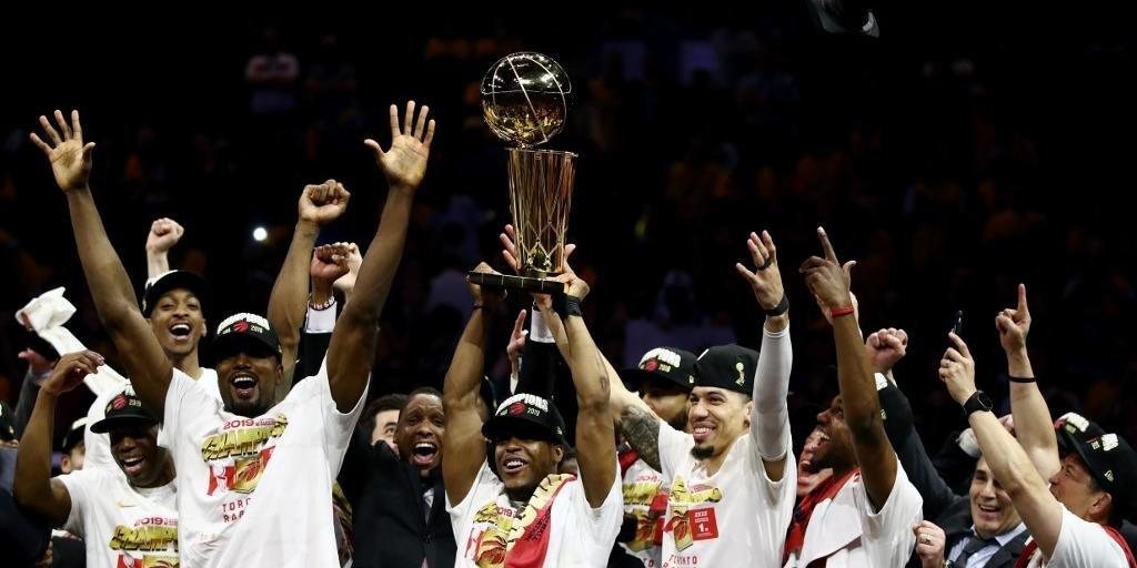Ir para  <p>A NBA tem um campe&atilde;o in&eacute;dito. Em uma partida equilibrada do in&iacute;cio ao fim, com altern&acirc;ncia na lideran&ccedil;a a todo momento e muito nervosismo das duas equipes, o Toronto Raptors derrotou...