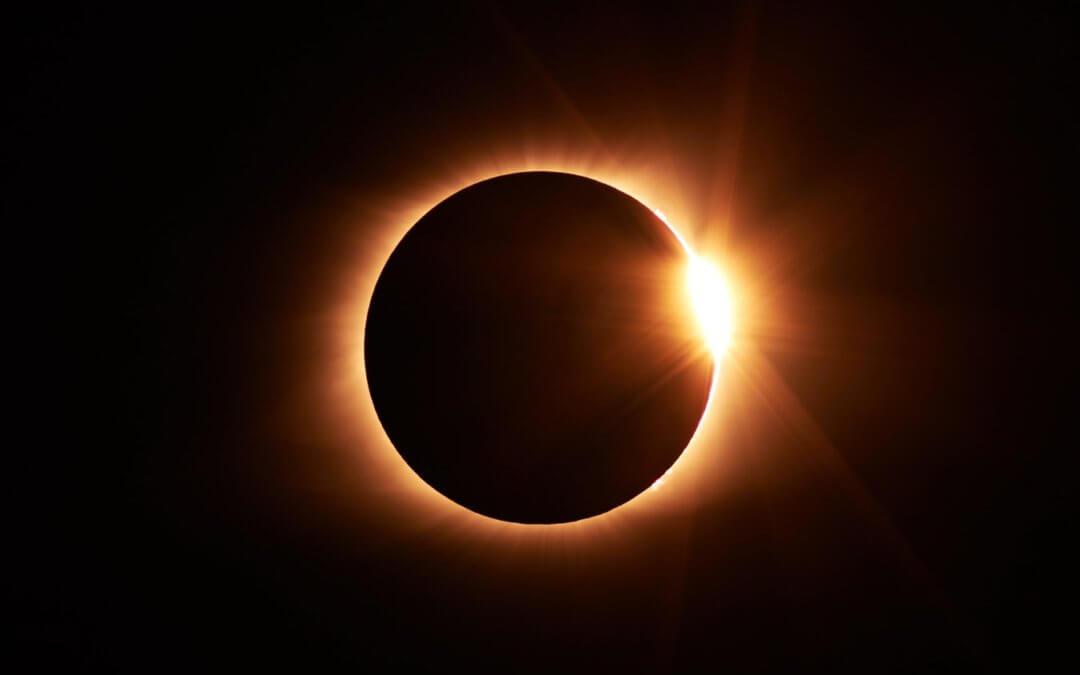 Ir para  <p>Na pr&oacute;xima ter&ccedil;a feira, a Am&eacute;rica do Sul ser&aacute; privilegiada com a passagem de um eclipse solar total, sendo o local previsto em terra com o melhor avistamento, o Chile, mais especificamente na...