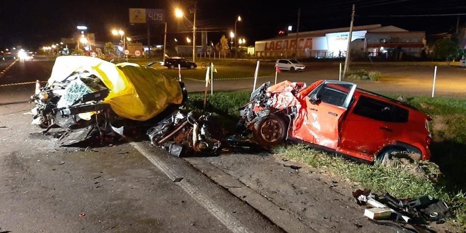 Ir para  <p>Duas pessoas morreram em acidente que envolveu um caminh&atilde;o e outros tr&ecirc;s carros na ERS 115, em Igrejinha, no Vale do Paranhana, na madrugada desta sexta-feira. O Corpo de Bombeiros da Brigada Militar em Tquara foi...