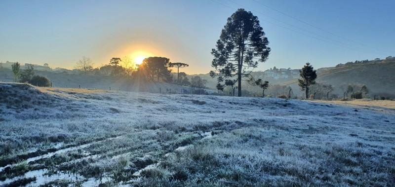 Ir para  <p>O ar polar presente no Rio Grande do Sul tem garantido nos &uacute;ltimos dias um clima g&eacute;lido nas primeiras horas da manh&atilde;. Nesta segunda-feira n&atilde;o foi diferente, com temperaturas de -4&ordm;C em...