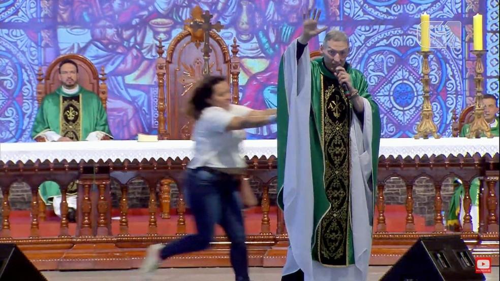 Ir para  <p><big>Em v&iacute;deo o Padre Marcelo Rossi diz que &lsquo;Maria passou na frente&rsquo; ap&oacute;s ter sido empurrado do altar por uma mulher neste domingo (14) em Cachoeira Paulista. A mulher furou a...