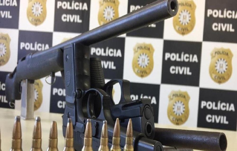 Ir para  <p>A Pol&iacute;cia Civil apreendeu dois fuzis calibre 223 de fabrica&ccedil;&atilde;o norte-americana, uma escopeta calibre 16, uma pistola calibre 9 mil&iacute;metros de fabrica&ccedil;&atilde;o turca e uma outra...
