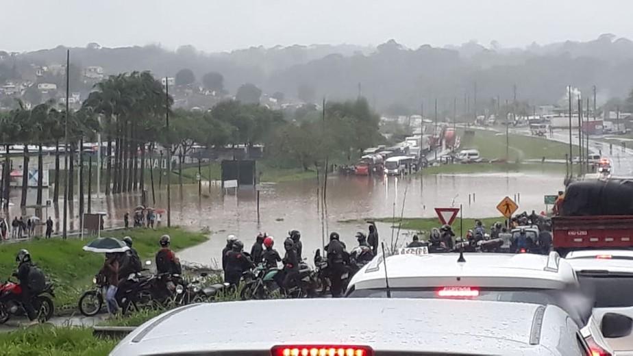 Ir para  <p>Cinco pessoas morreram em deslizamentos de terra ap&oacute;s as fortes chuvas que atingem a regi&atilde;o Metropolitana de Recife, em Pernambuco. As informa&ccedil;&otilde;es s&atilde;o da TV Clube, afiliada da Record...