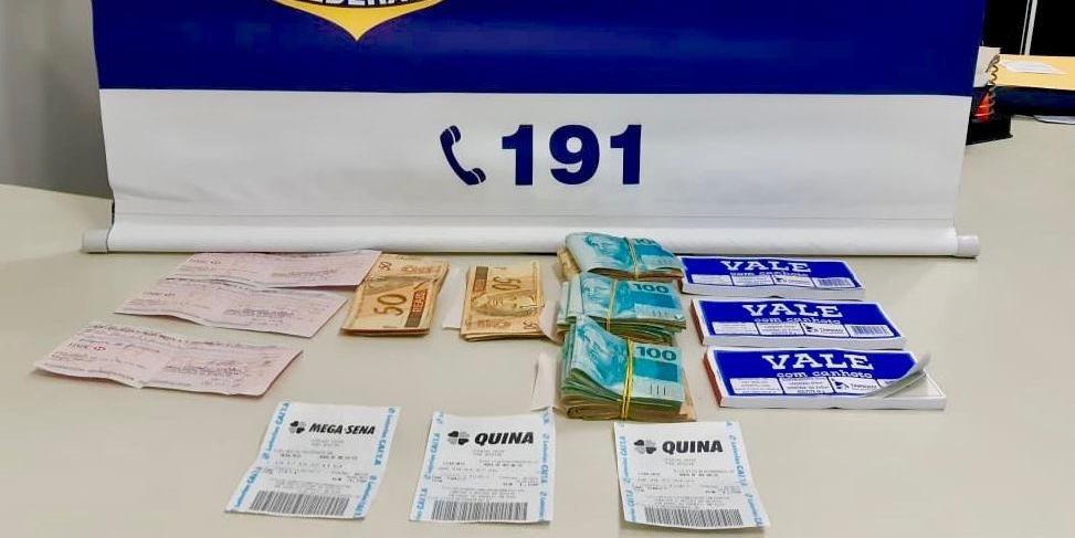 Ir para  <p>Dois homens e uma mulher foram detidos com R$ 22 mil sem comprova&ccedil;&atilde;o de origem, na BR 153, em Erechim. A abordagem de rotina da Pol&iacute;cia Rodovi&aacute;ria Federal (PRF) ocorreu na noite dessa...