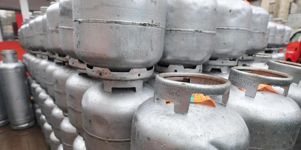 Ir para  <p><big>A Petrobras reduziu o pre&ccedil;o do g&aacute;s de cozinha (GLP) vendido nas refinarias &agrave;s distribuidoras para botij&otilde;es de 13 quilos de R$ 26,20 para R$ 24,06. O novo pre&ccedil;o entra em...