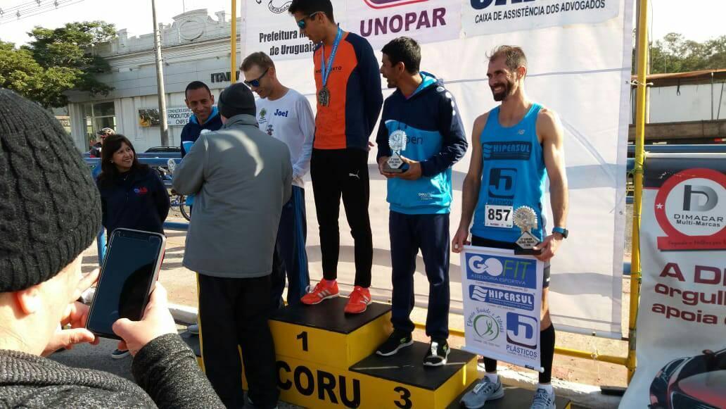 Ir para  <p><big>Atleta profissional, de Carlos Gomes, Joel Sychocki, foi vice-campe&atilde;o geral na 24&ordf; Meia Maratona Internacional de Uruguaiana, ontem (18), percorrendo os 21 km com o tempo de...