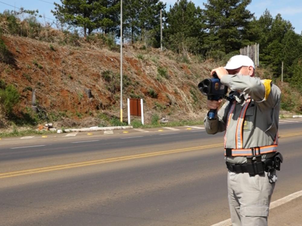 Mesmo com suspensão Polícia mantém fiscalização com radares móveis na região