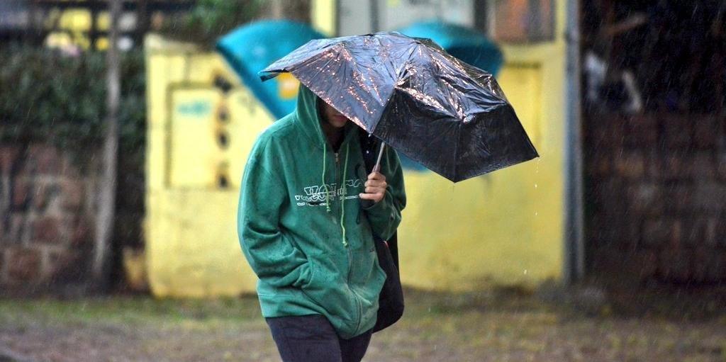 Ir para  <p>Ap&oacute;s um dia de ver&atilde;o com m&aacute;ximas ao redor dos 40&ordm;C, a ter&ccedil;a-feira ser&aacute; marcada pelo ingresso de um ar mais frio que promete baixar a temperatura e trazer chuva para grande...