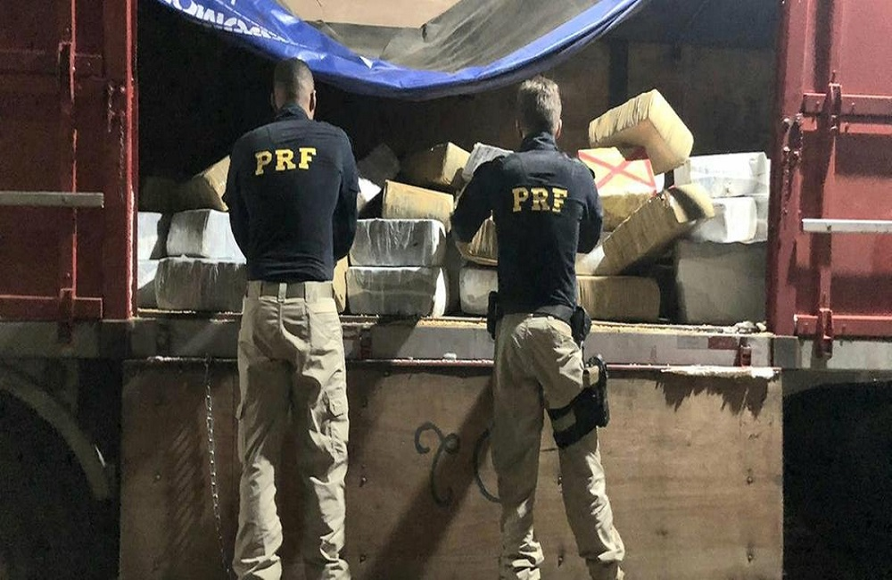 Ir para  <p>A Pol&iacute;cia Rodovi&aacute;ria Federal apreendeu, na noite deste domingo, cerca de 2,75 toneladas de maconha que estavam escondidas em um caminh&atilde;o carregado de milho na BR 386, em Seberi. Durante a...