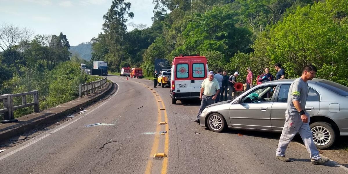 Ir para  <p>Um grave acidente entre dois carros de passeio e um caminh&atilde;o resultou na morte de duas pessoas em Carlos Barbosa, Norte do Estado. De acordo com&nbsp;Comando Rodovi&aacute;rio da Brigada Militar (CRBM), uma...