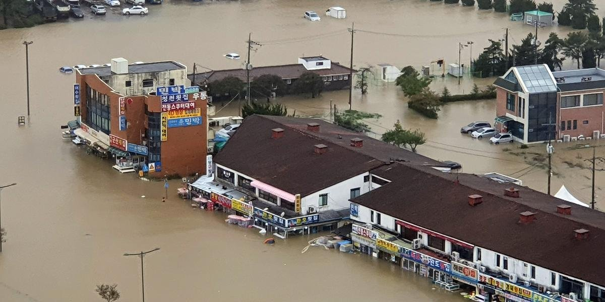 Ir para  <p>Ao menos nove pessoas morreram na Coreia do Sul nas &uacute;ltimas horas ap&oacute;s a passagem do tuf&atilde;o Mitag, que provocou fortes ventos e chuvas, anunciaram as autoridades locais. Na regi&atilde;o Sul do...