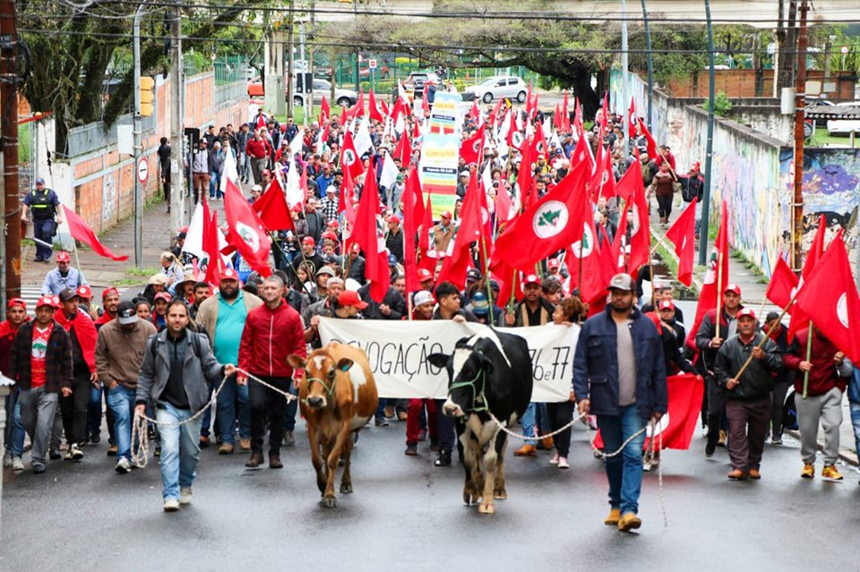 Ir para  <p><big>Um grupo de mais de 1000 agricultores familiares, produtores de leite, realizaram protesto em Porto Alegre na manh&atilde; desta ter&ccedil;a-feira, dia 15 de outubro. Organizados pela FETRAF-RS, SUTRAF-AU e outras...