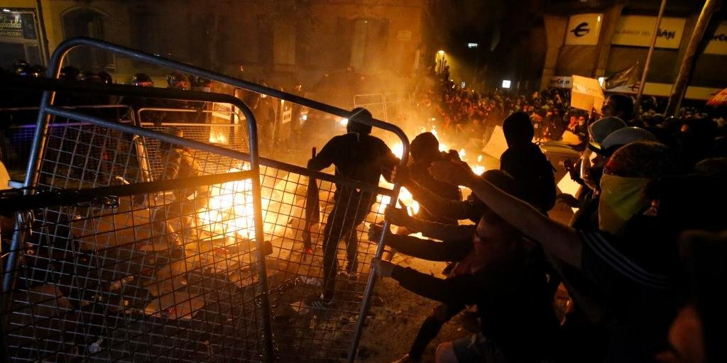Protestos na Catalunha terminam com 51 detidos.