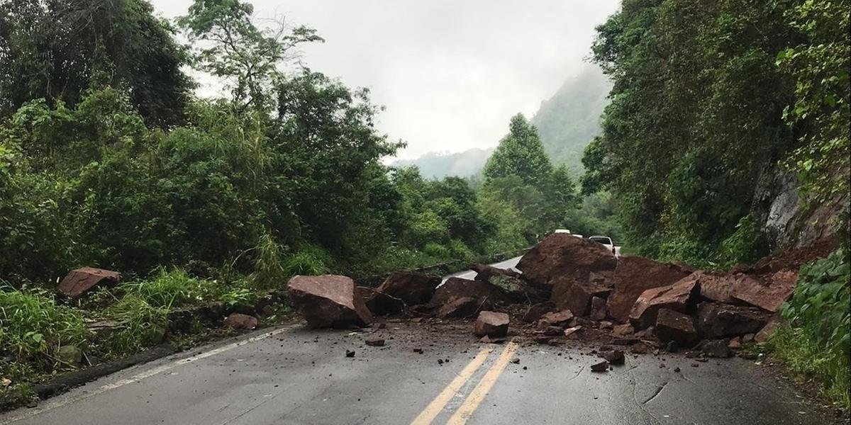 Após queda de barreira, BR 116 é bloqueada em Nova Petrópolis.