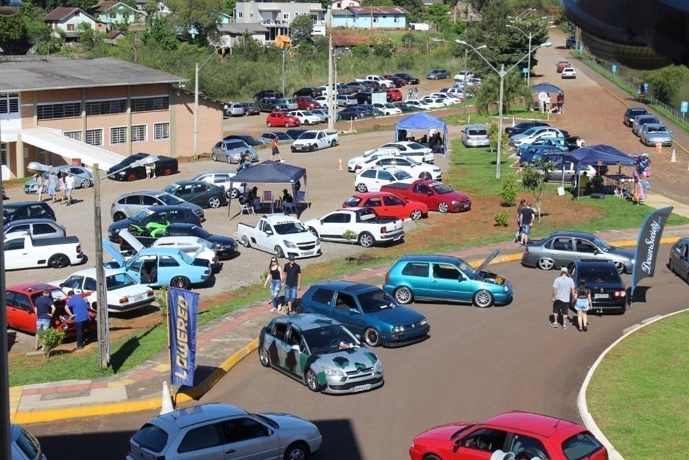 Exposição de carros antigos e modificados  é atração neste domingo no câmpus II da URI