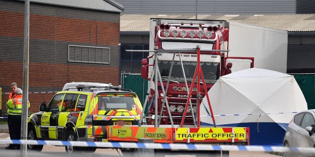 Ir para  <p>A pol&iacute;cia brit&acirc;nica anunciou nesta quarta-feira que encontrou 39 corpos em um caminh&atilde;o em Grays, ao Leste de Londres, e que o motorista, de 25 anos e procedente da Irlanda do Norte, foi detido pela...